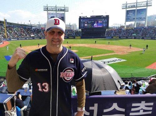 前美国大使观看韩国职业棒球联赛