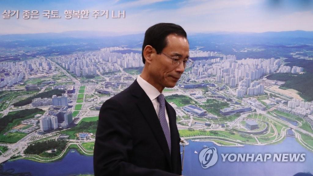 资料图片:3月25日,在国会,崔政浩走向听证会会场。(韩联社)