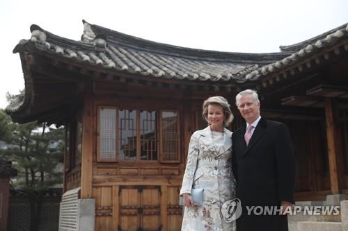 比利时国王伉俪参观传统韩屋