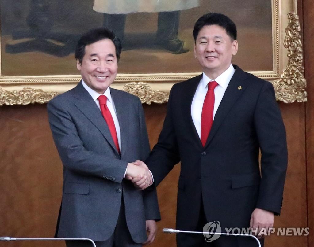 李洛渊(左)和呼日勒苏赫(韩联社)
