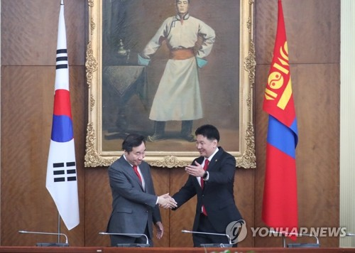 韩蒙总理亲切握手