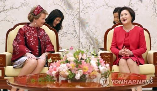韩第一夫人和比利时王后交谈