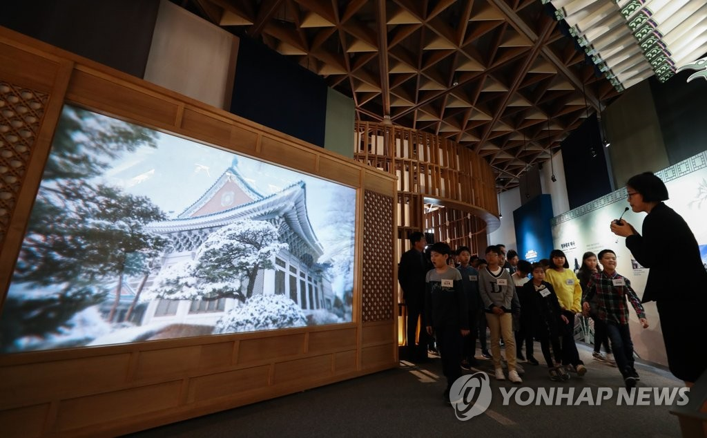 韩国面向外国人推青瓦台舍廊房徒步游项目