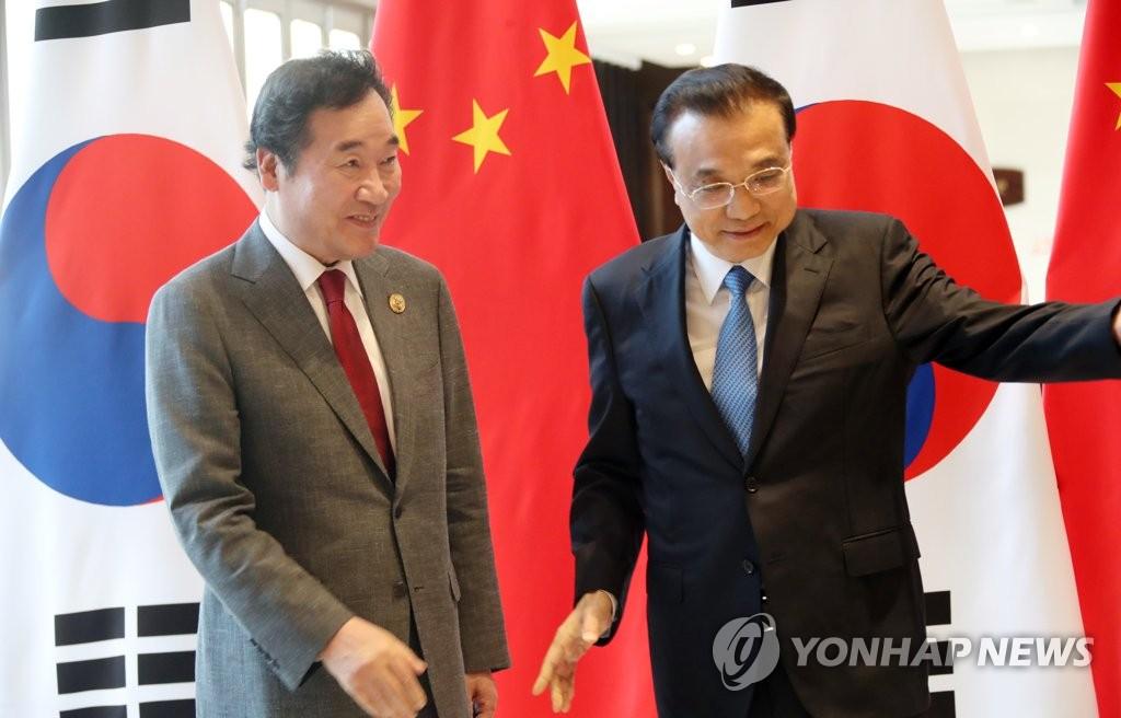 3月27日,在海南,李洛渊(左)与李克强在博鳌论坛前日会晤。(韩联社)