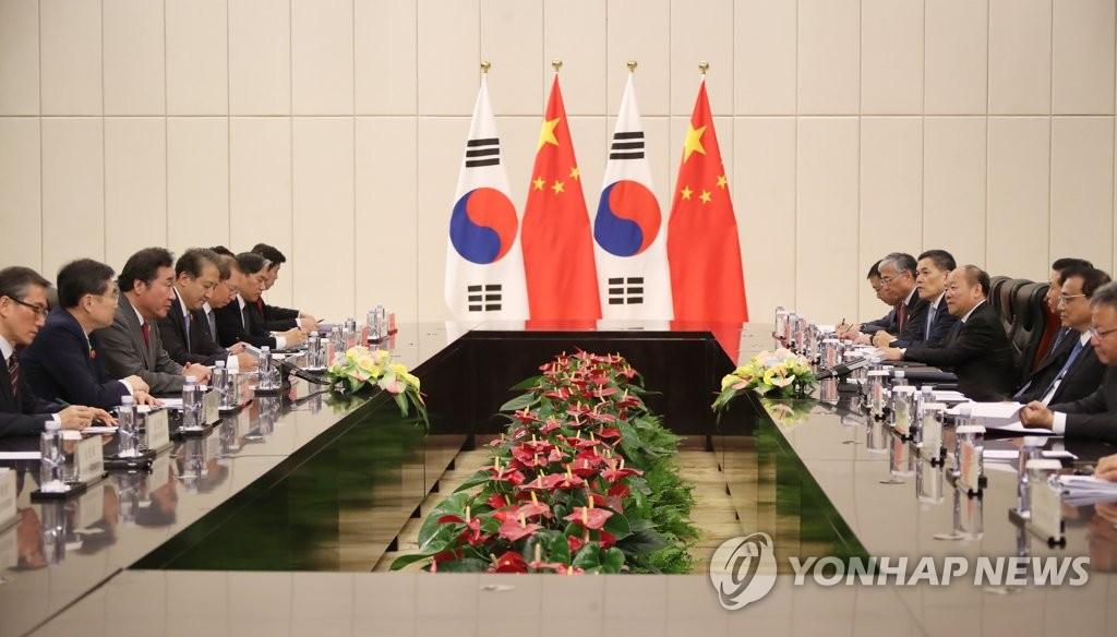 3月27日,在海南,李洛渊(左三)和李克强(右二)在韩中总理会谈上对话。(韩联社)