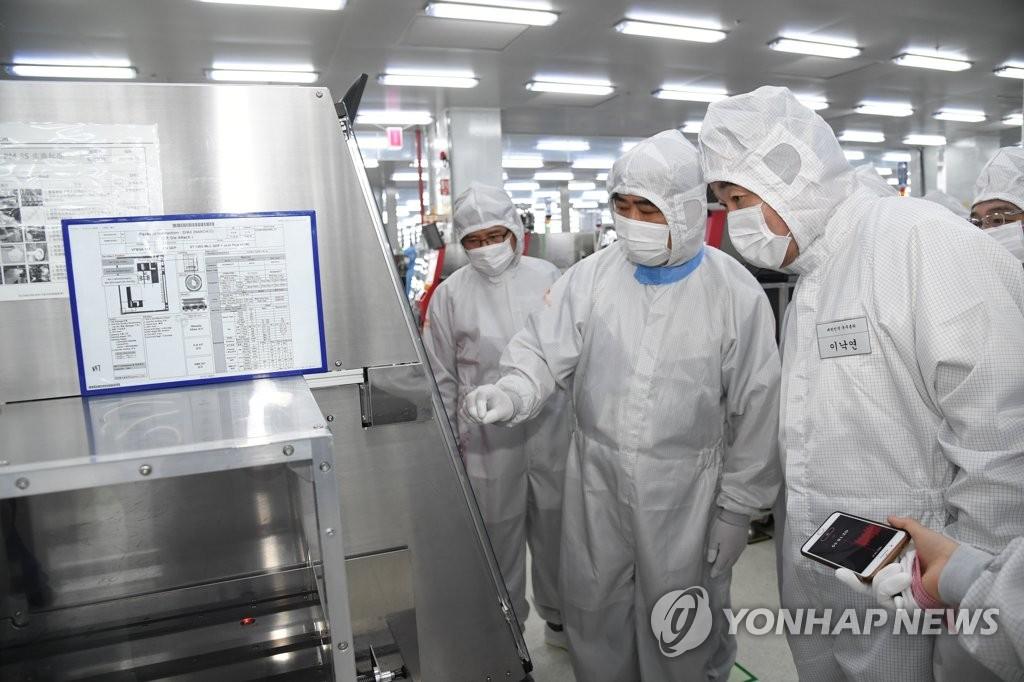 李洛渊访问SK海力士重庆工厂。(韩联社)
