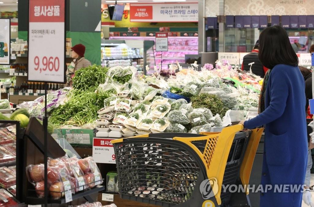 资料图片:首尔一家超市的蔬菜促销柜台(韩联社)