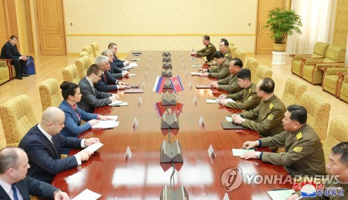 朝俄治安部长举行会谈