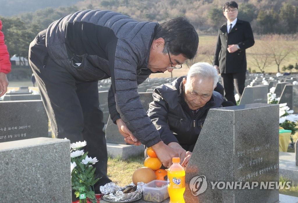 """""""济州4·3事件""""遗属祭拜牺牲者墓碑。(韩联社)"""