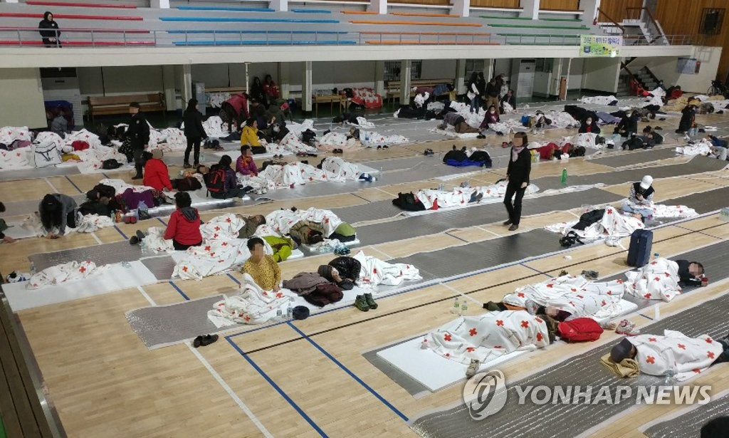 资料图片:4月5日上午,束草市居民疏散到该市校洞体育馆。(韩联社)