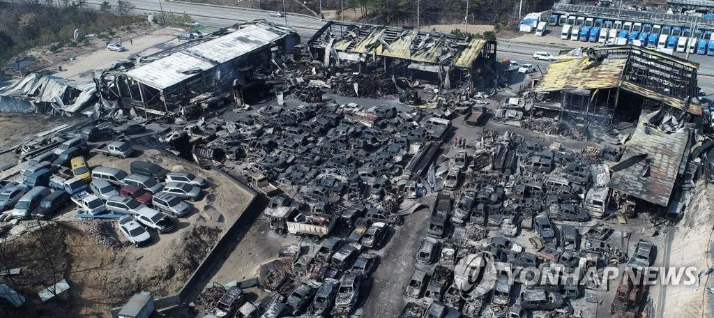 资料图片:4月5日上午,位于束草市的一处废车场被烧毁。(韩联社)