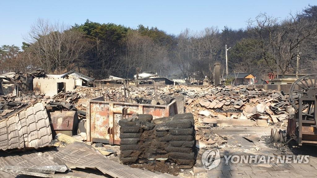 资料图片:4月5日上午,江原道高城郡一村庄被烧毁。(韩联社)