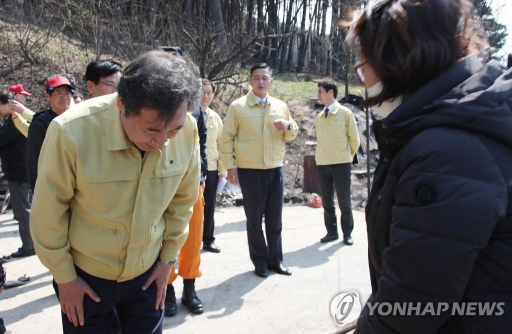 韩国总理李洛渊慰问灾民。(韩联社)