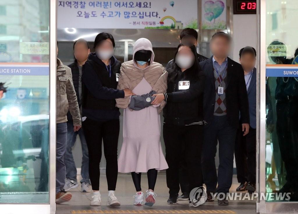 资料图片:涉嫌吸毒的黄某(穿粉红裙)到法院接受逮捕必要性审查。(韩联社)