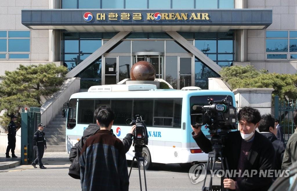 4月8日上午,传闻赵亮镐离世消息后,媒体纷纷聚集在大韩航空总部。(韩联社)