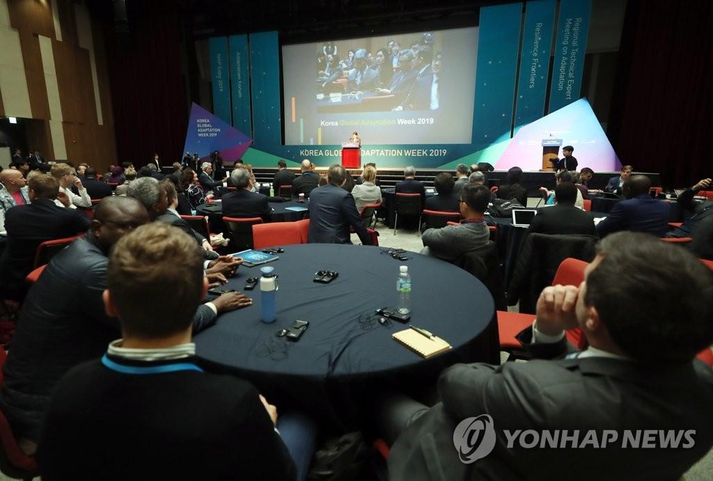 """4月8日,在仁川松岛国际会展中心举行的""""UNFCCC适应周""""活动上,与会者在听取韩国环境部长官赵明来致辞。(韩联社)"""
