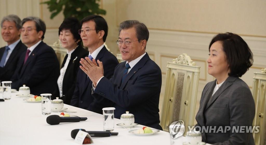 文在寅(右二)出席5部长官任命活动。(韩联社)