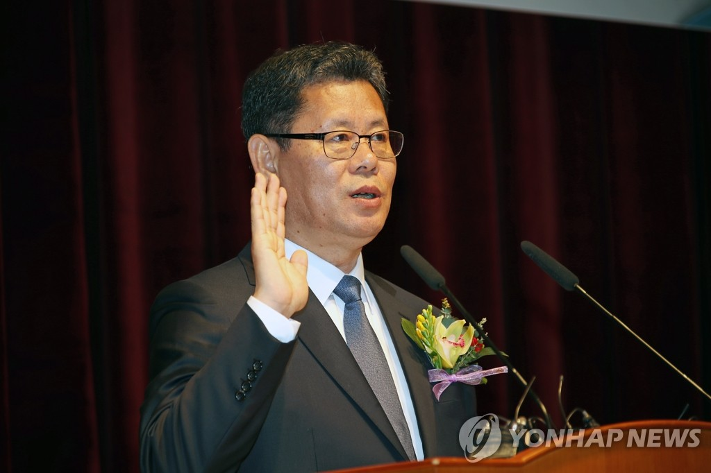 资料图片:2019年4月8日,在中央政府首尔办公大楼,新任统一部长官金炼铁在就任仪式上宣誓就职。 韩联社