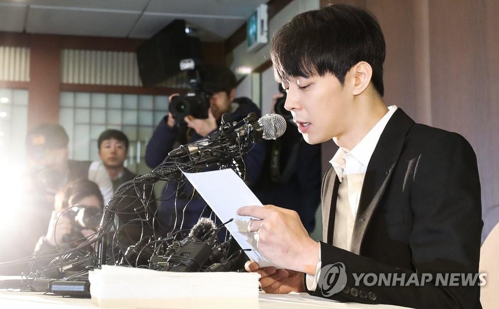 资料图片:4月10日下午,韩国歌手兼演员朴有天在位于首尔中区的韩国新闻中心召开记者会。(韩联社)