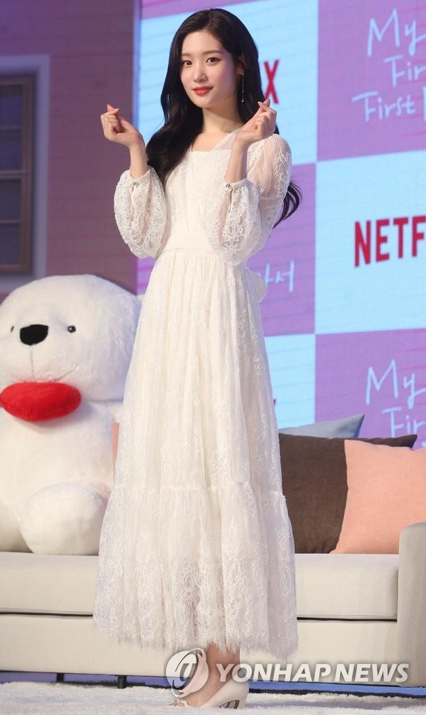 4月12日,在首尔汝矣岛康莱德酒店,女团DIA成员郑采妍出席视频网站奈飞(Netflix)新剧《因为初恋是第一次》发布会并摆姿势供媒体拍照。(韩联社)