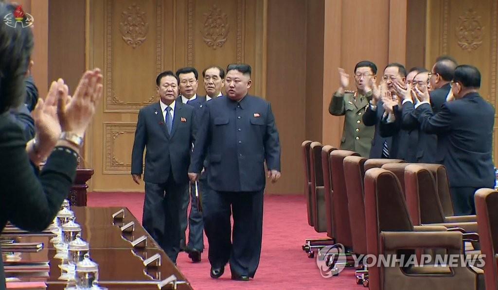 资料图片:这是朝鲜中央电视台4月13日播放的视频截图,金正恩正走进最高人民会议会场。 韩联社/朝鲜中央电视台(图片仅限韩国国内使用,严禁转载复制)