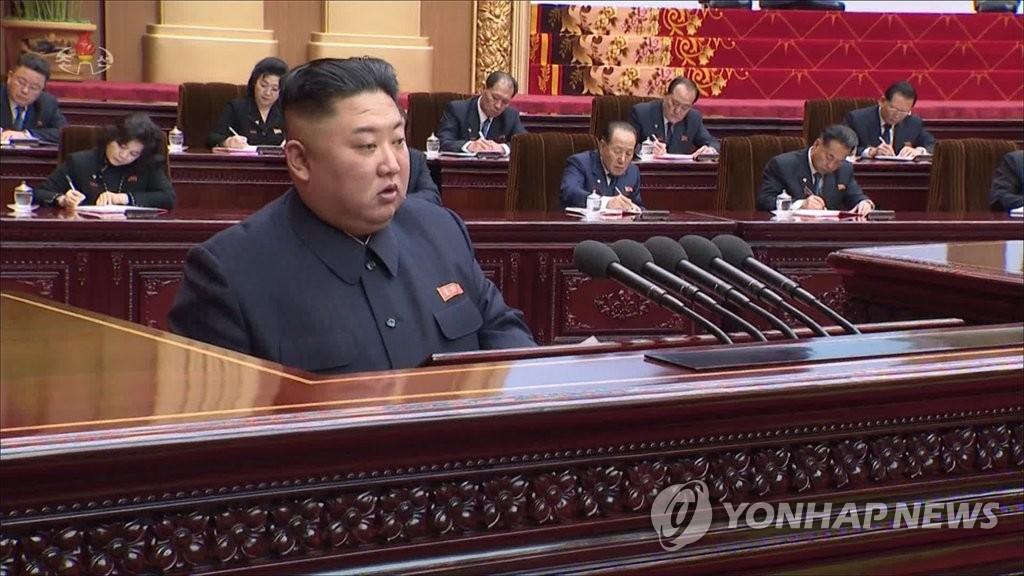 4月13日下午,在朝鲜第十四届最高人民会议第一次会议上,金正恩发表施政演讲。图片仅限韩国国内使用,严禁转载复制。(韩联社/朝鲜中央电视台截图)