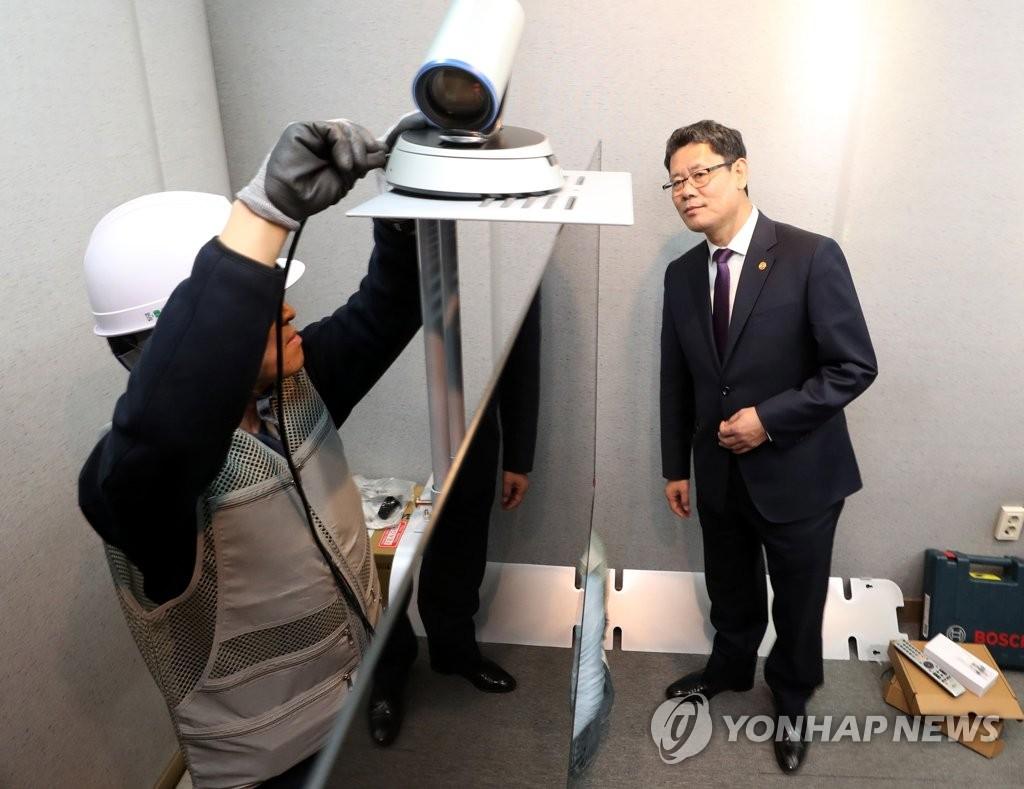 韩统一部长查看离散家属视频通话室