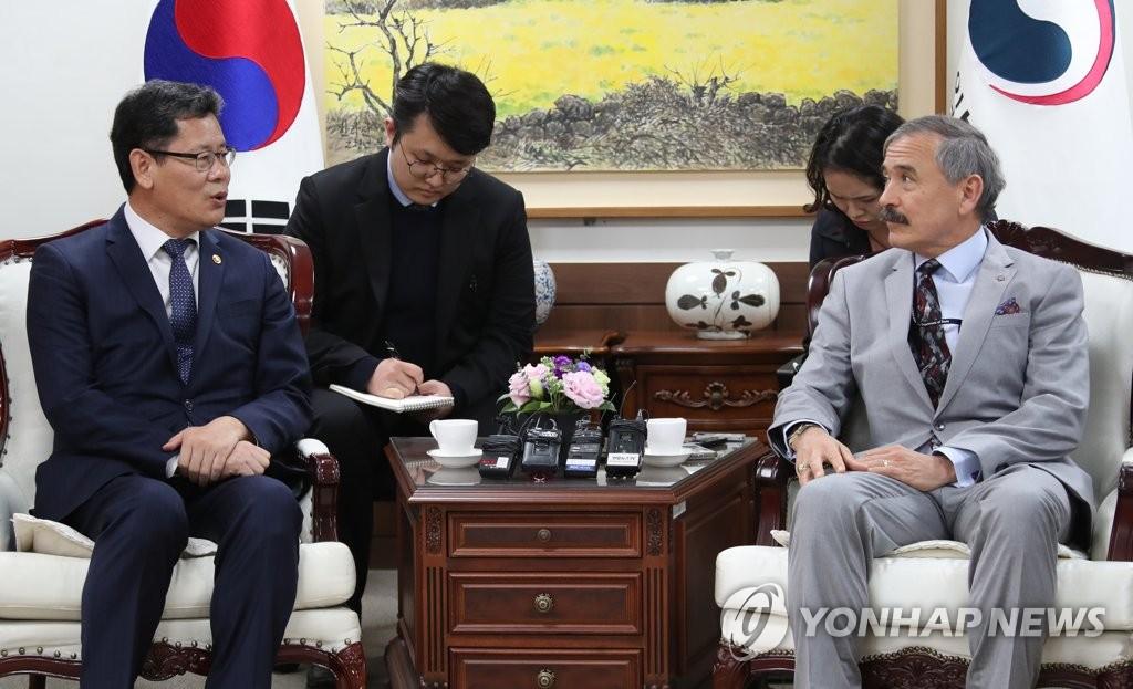 4月16日,在中央政府首尔大楼,韩国统一部长官金炼铁(左)会见美国驻韩国大使哈里·哈里斯。(韩联社)