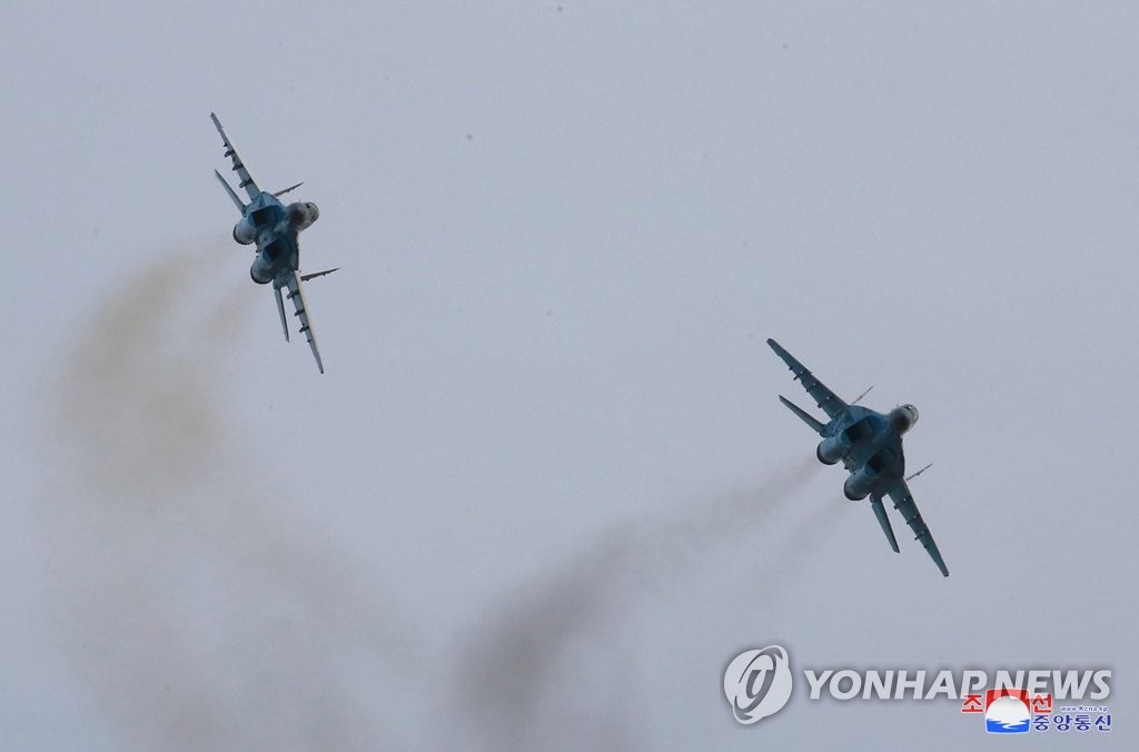 朝鲜空军展开飞行训练。图片仅限韩国国内使用,严禁转载复制。(韩联社/朝中社)