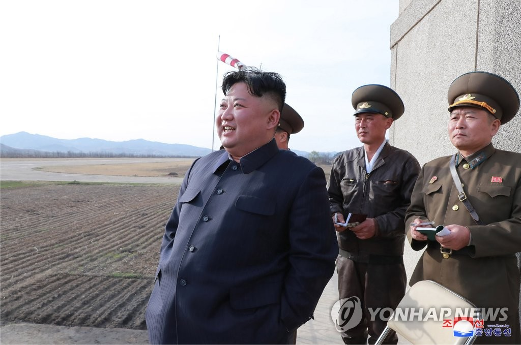 金正恩观摩空军训练。图片仅限韩国国内使用,严禁转载复制。(韩联社/朝中社)