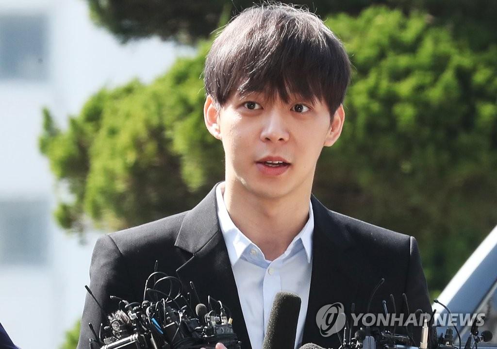 4月17日上午10时许,涉嫌吸毒的韩国歌手兼演员朴有天抵达京畿道南部地方警察厅。(韩联社)