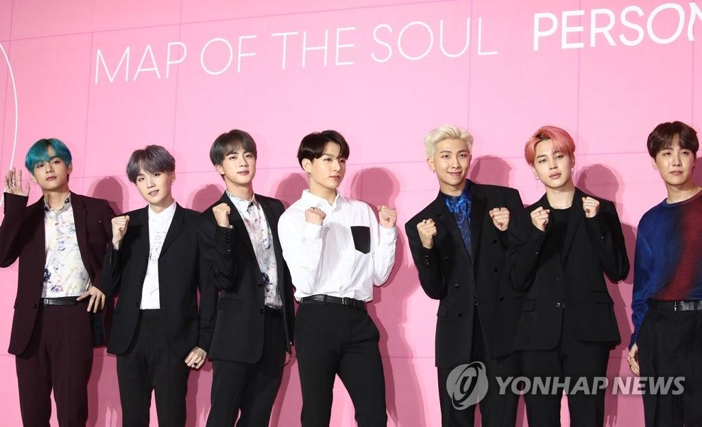 4月17日,在首尔东大门设计广场,BTS举行新专辑《Map of the soul:Persona》的全球记者会。(韩联社)