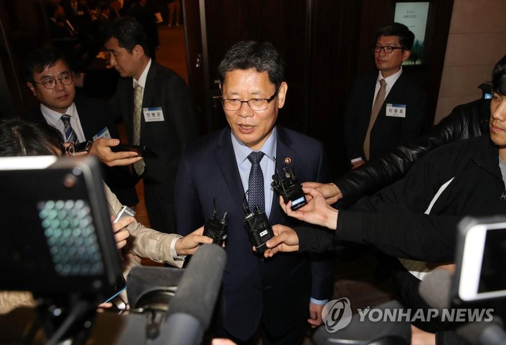 4月17日下午,在首尔威斯汀朝鲜酒店,金炼铁在会后接受记者提问。(韩联社)