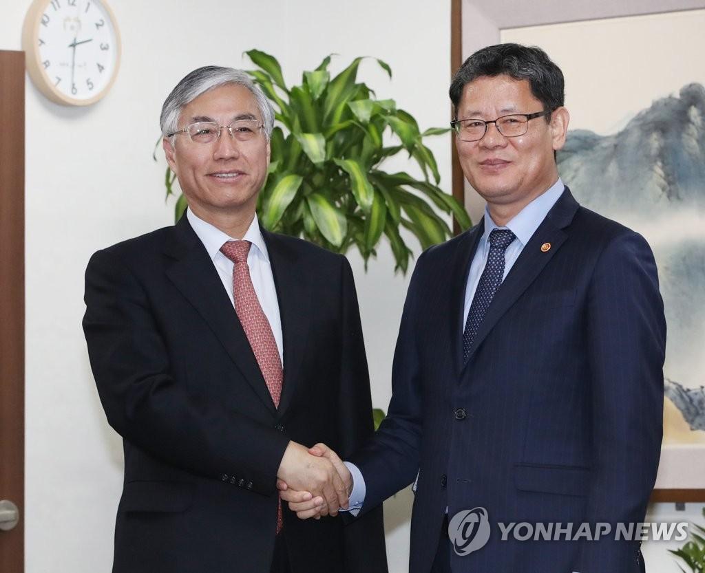 韩统一部长官金炼铁会见中国驻韩大使邱国洪