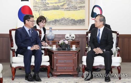 韩国统一部长会见日本大使