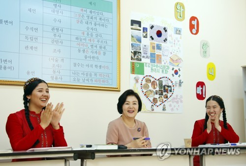 韩第一夫人参与韩语课堂