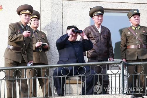 金正恩视察空军训练