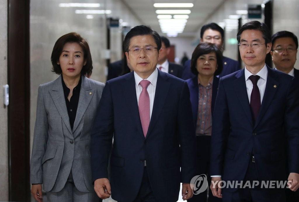 自由韩国党党首黄教安(中)和党鞭罗卿媛(左)(韩联社)