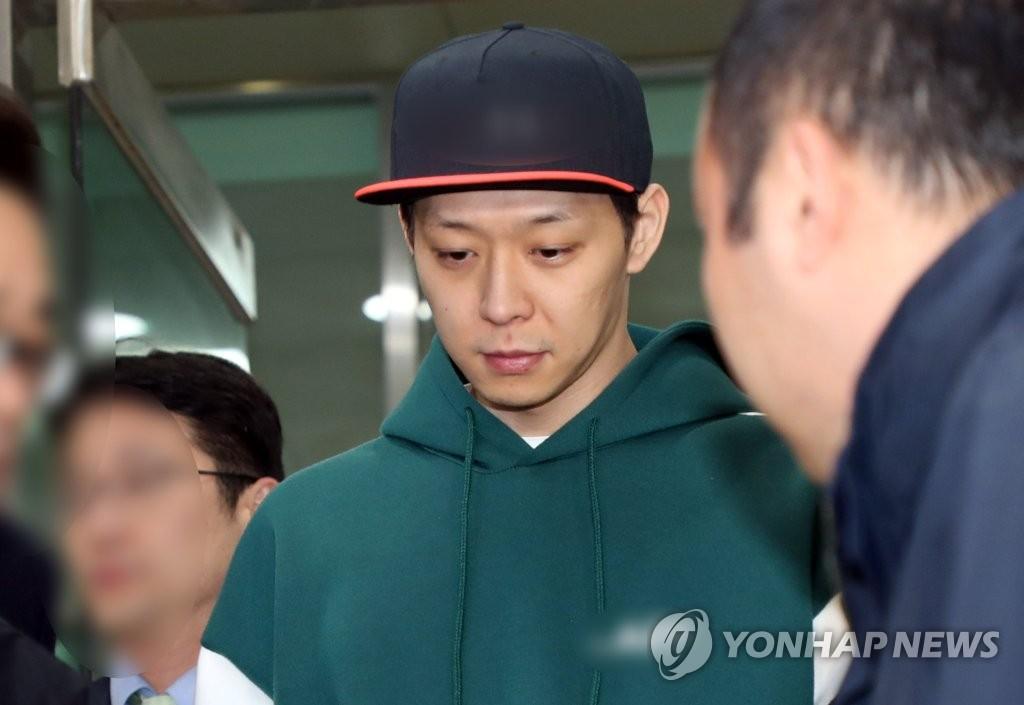 资料图片:朴有天接受警方调查后离开警察厅。(韩联社)