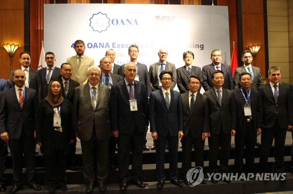 资料图片:4月19日,在河内美利亚酒店,韩联社社长赵成富(后排右五)出席亚通组织第44次执委会会议。 韩联社
