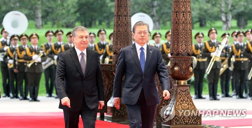 乌兹别克斯坦总统举行仪式欢迎文在寅