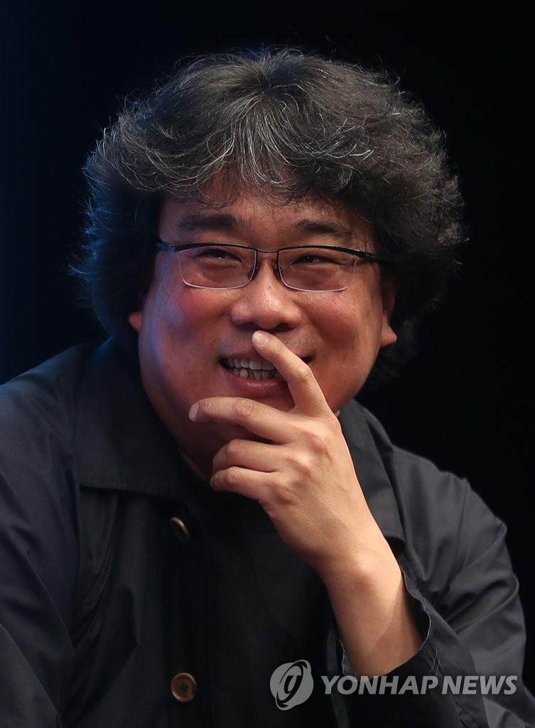 4月22日,在首尔威斯汀朝鲜酒店,奉俊昊在《寄生虫》发布会上听记者提问。(韩联社)