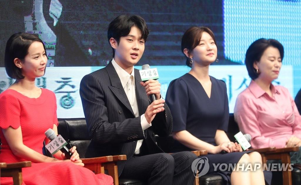 4月22日,在首尔威斯汀朝鲜酒店,崔宇植(左二)在《寄生虫》发布会上发言。(韩联社)