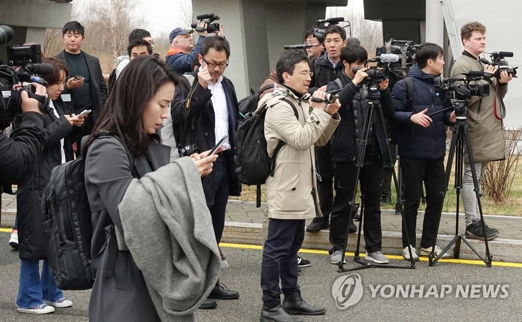 当地时间4月23日,在俄罗斯符拉迪沃斯托克机场,各国媒体记者采访朝鲜高丽航空客机。(韩联社)