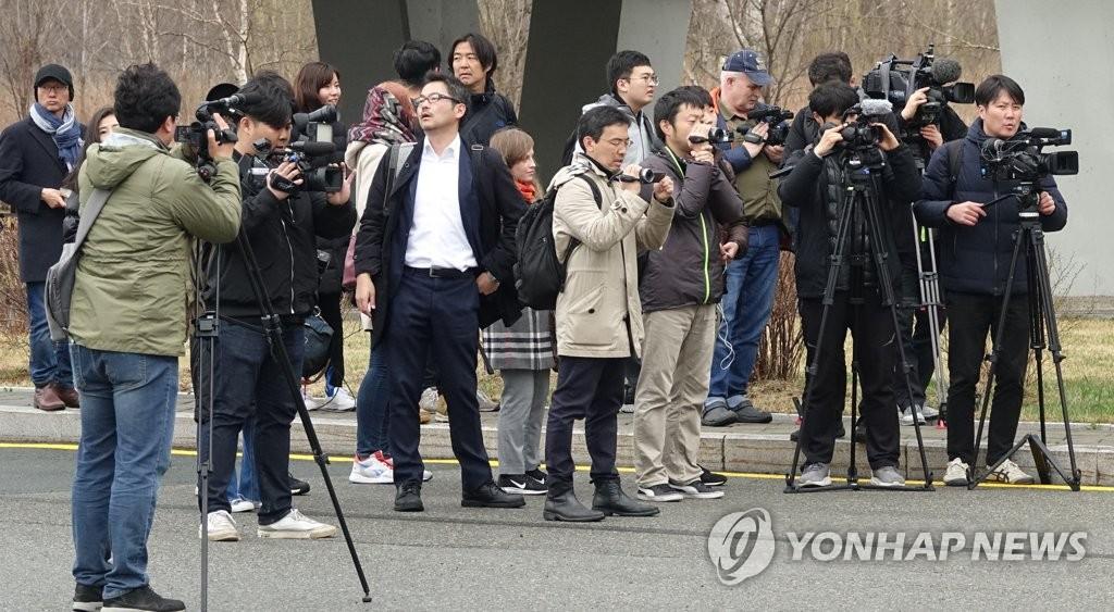 各国记者蹲守朝鲜客机