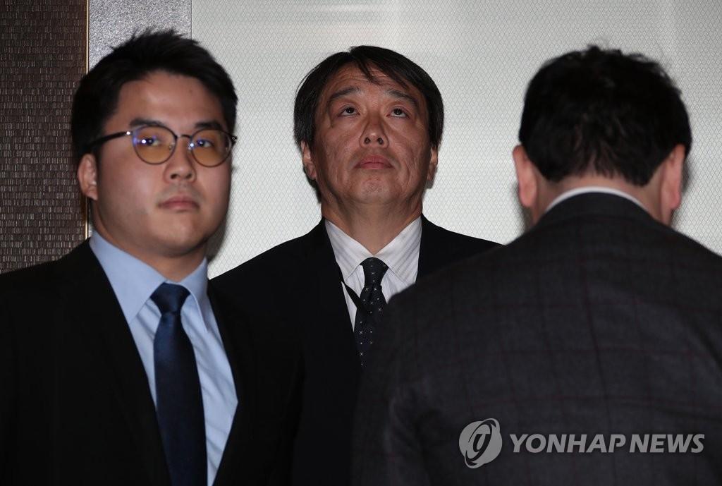 4月23日下午2点,在首尔,韩国外交部为抗议日本《外交蓝皮书》涉韩国东海、独岛、慰安妇、强掳劳工的错误主张约见日本驻韩总括公使水岛光一。(韩联社)