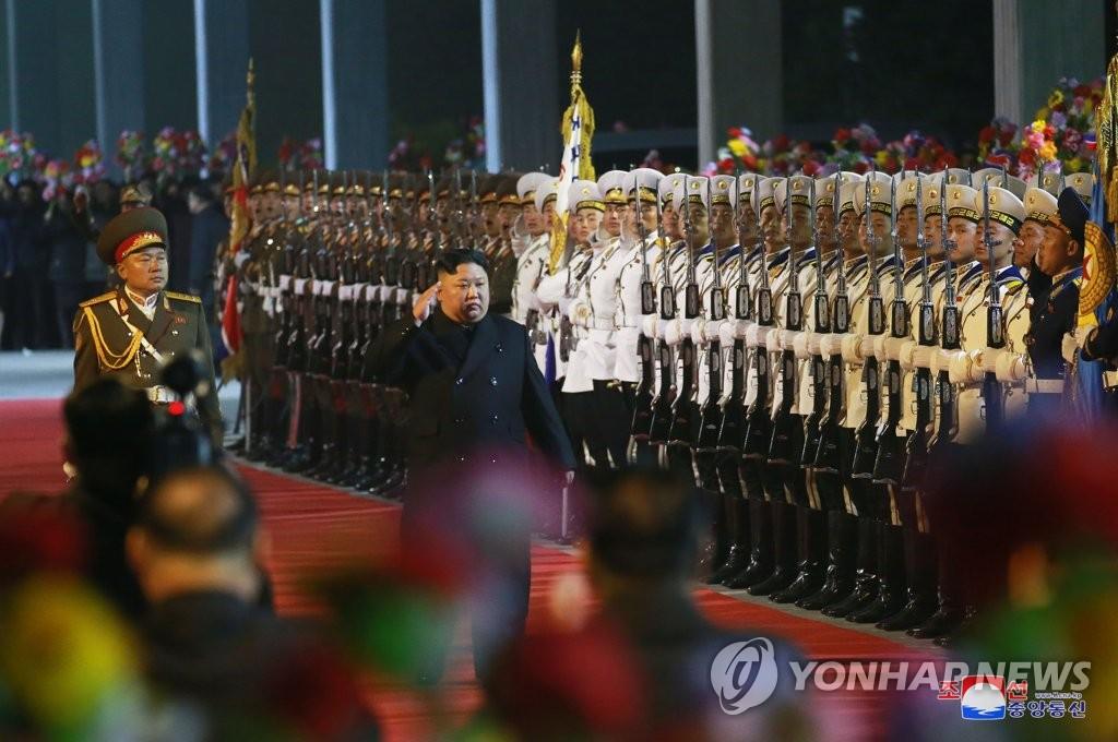 金正恩(居中)启程访俄前出席欢送仪式。图片仅限韩国国内使用,严禁转载复制。(韩联社/朝中社)