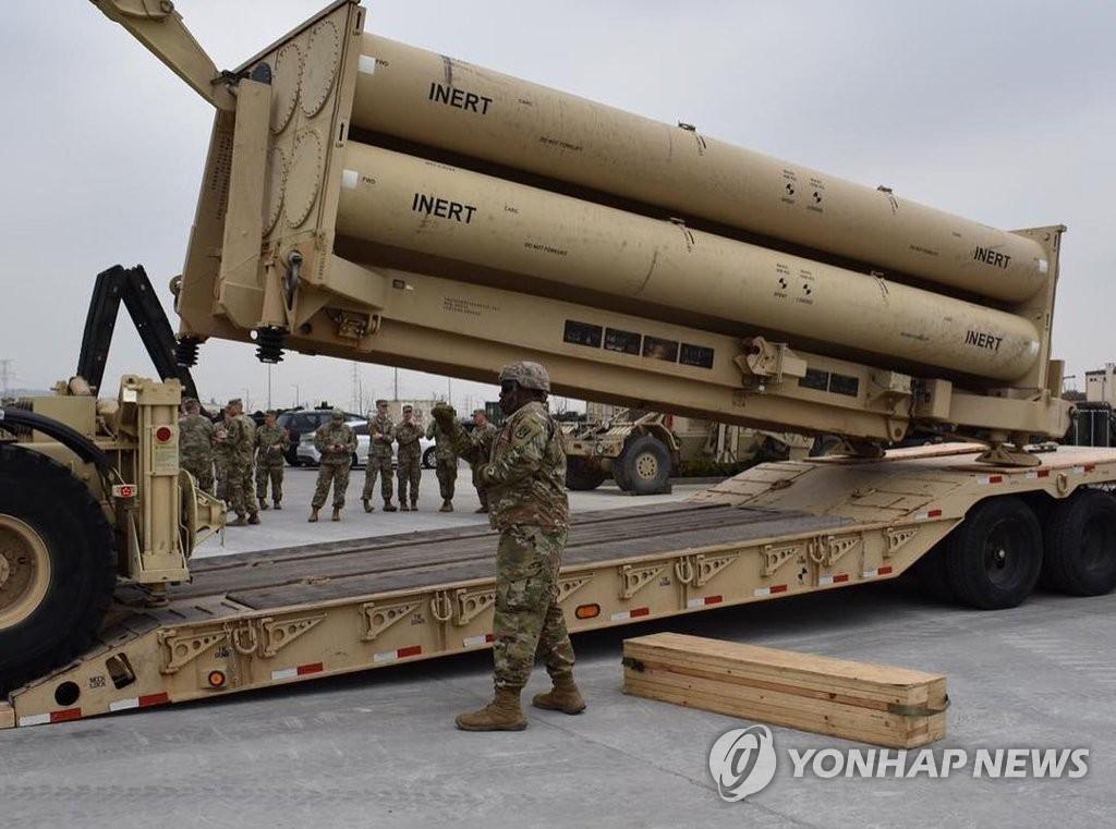 """资料图片:这是驻韩美军4月24日在平泽美军基地进行的""""萨德""""惰性弹装载演习现场照。(韩联社/驻韩美军第35防空炮旅供图)"""