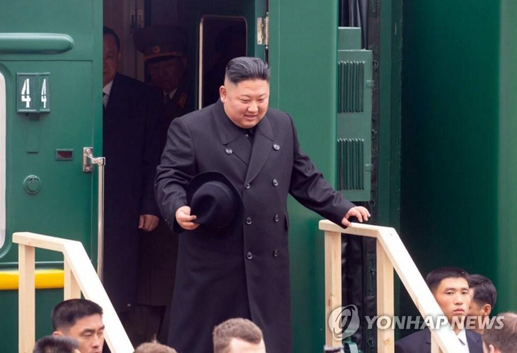 4月24日,在朝俄边境的俄罗斯哈桑火车站,朝鲜国务委员会委员长金正恩走下专列。(韩联社/滨海边疆区政府供图)