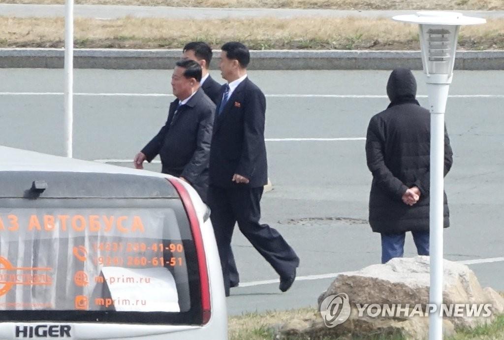 资料图片:金哲奎检查朝俄首脑会谈地点。(韩联社)